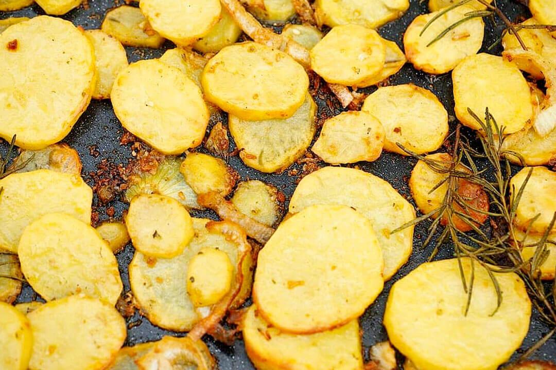 Cómo preparar patatas al horno con cebolla