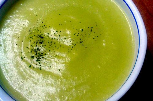 Crema de judías verdes, patatas cocidas y piñones